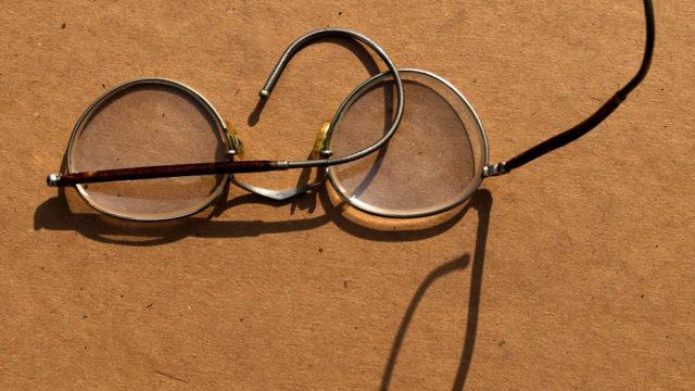 Okulary (tzw. sprężynki) i futerał do okularów.