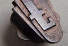 Piny albo przypinki organizacji technicznych z przeszłości.